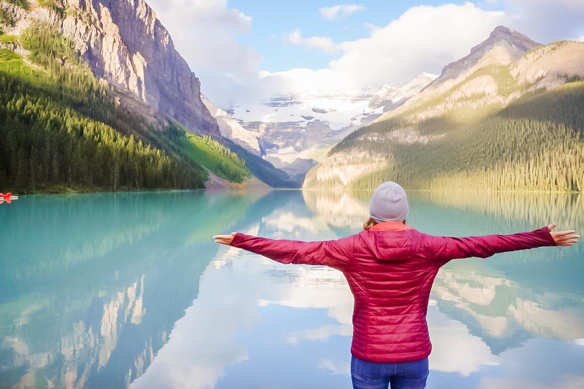 レイクルイーズ 誰もが美しいと讃える神秘の湖への行き方おしえます。