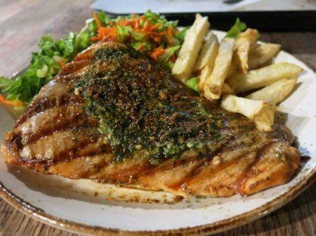 イエローナイフ レストラン ブルックスビストロ 魚料理